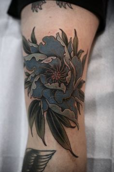 electrictattoos: kirstenmakestattoos:This peony knee is SO...