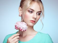 Portrait of beautiful sensual woman with elegant hairstyle - Portrait of beautiful sensual woman with elegant hairstyle.  Perfect makeup. Blonde girl. Fashion photo. Flowers