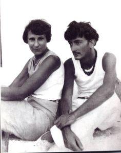 Salvador and Gala Dali. Max Ernst, Man Ray, Famous Artists, Great Artists, Salvador Dali Kunst, Madona, Sculpture Textile, Frida Art, Photo Portrait