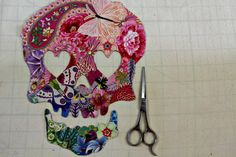 Creatin' in the Sticks: Collage Quilt a Sugar Skull - Tutorial Sugar Skull Crafts, Sugar Skull Art, Sugar Skulls, Sugar Art, Bright Quilts, Small Quilts, Skull Fabric, Fabric Art, Applique Patterns