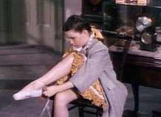 Margaret O'Brien preparing to dance in The Unfinished Dance Turner Classic Movies, Classic Films, Hollywood Life, Hollywood Stars, Ballet Room, Solo Performance, Ballet School, Metropolitan Opera, Little Ballerina