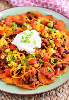 The ultimate sharing plate - Sweet Potato Chilli Nachos Got a movie night planned? Having friends over for a date night? Then this is the ultimate sharing plate: Sweet Potato Chilli Nachos Mouthfuls of delicious Slimming World Dinners, Slimming Eats, Slimming World Recipes, Sweet Potato Chilli, Sweet Potato Nachos, Vegetarian Recipes, Cooking Recipes, Healthy Recipes, Nacho Recipes