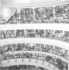 Teatro São Carlos, a partir de 1950 passou a chamar-se Teatro Carlos Gomes. Demolido em 1965 na administração do Pref Rui Novais . O lustre que se vê em primeiro plano está hoje no Salao Nobre da Escola de Cadetes de Campinas.