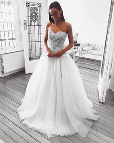 Lindíssima! ❤ . . . . #noiva #bride #bridalblogger #bridal #noiva #voucasar #noivado #weddingday #wedding #vestido #vestidos #vestidodenoiva #casamento #evento #madrinha #follow #style #phototheday #igers #dress #tweegram #instacool #pleaseforgiveme #follow4follow #followme #sonhocasamento #amazing #awesome