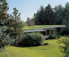 Log cabin in Montana designed by Richard Neutra. I wonder if that grass roof has to be mowed? From LiveModern . Richard Neutra, Roof Architecture, Sustainable Architecture, Green Facade, Green Roofs, Residential Roofing, Living Roofs, Earth Homes, Architectural Digest