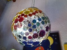 Lámpara con teselas de vidrio pintadas a mano y espejos