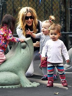 Sarah Jessica Parker with Marion and Tabitha. one looks like her and the other looks like Matthew Broderick! Ashley Olsen, Mom Daughter, Sarah Jessica Parker, Celebrity Babies, Stylish Kids, Celebs, Celebrities, Mother And Child, Baby Design
