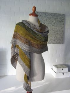 Shawl pattern 'Samen' by Stephen West. Lots of short rows can be seen and done between 5 or 7 colours in fingering yarn. Knit Or Crochet, Crochet Shawl, Shawl Patterns, Knitting Patterns, Textures Patterns, Stitch Patterns, Use E Abuse, Creation Couture, Knit Wrap