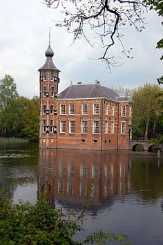 Kasteel Bouvigne ligt even buiten de wijk het Ginneken en vlak bij het Mastbos ten zuiden van Breda.(1494).Noord Brabant