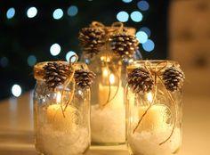 idées déco Noël avec des bocaux en verre remplis de sel marin, bougies pilier et décorés de pommes de pin et ficelle de jute