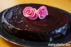 Hvordan er kaken damer helst vil ha? Jo, den smaker deilig sjokolade, den har glasur, den er myk og kanskje litt klebrig i midten... Den bør være stor nok til å mette et par venninner og være pen å se på. Den er enkel å lage og holdbar i kjøleskapet. Vær så god - her er den!