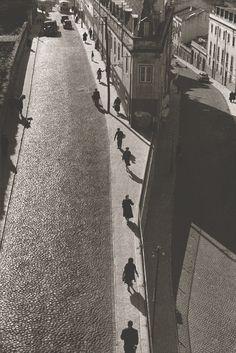 Esta fotografia foi tirada do topo do Aqueduto das Águas Livres, em Lisboa e separa a Rua do Arco do Carvalhão da Rua Maria Pia (quem vem das Amoreiras).