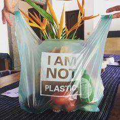 Pungile Avani sunt 100% biodegradabile si compostabile ,avand la baza amidon de cassava de uz industrial, derivate din ulei vegetal și alte  Inofensive pentru animale  Certificate non-OMG  Nu contin nici un element petrolier  Performanță înaltă la sarcină de incarcare  Pot fi reciclate înpreuna cu hârtia  Barieră bună de oxigen și proprietăți antistatice  Personalizabile pe bază de MOQ (cantitate minima)  Pigmentii si culorile folosite sunt naturale pe baza de SOIA !