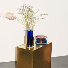 Pour la marque scandinave And Tradition, Sebastian Herkner a imaginé trois sets de deux vases, chacun dans une couleur, une hauteur et un diamètre différent. Ainsi, chacun peut jouer comme il désire avec ces vases beaux comme tout et inviter grâce à eux un peu de couleur dans son intérieur.