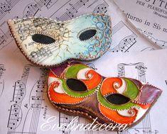 Biscotti di Carnevale: ricetta facile! Maschere in pasta sucrè decorate con ghiaccia reale dipinte a mano con coloranti alimentari. Biscotti Evelindecora
