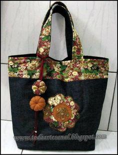 Bolsa jeans e faixa floral em tecido de algodão  Com aplique em patchapliquê e botão íma R$ 105,00