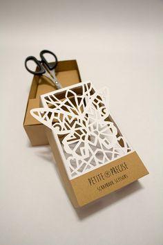 Tem jeito melhor de mostrar a precisão e qualidade da tesoura, do que usar na construção da própria embalagem?   O trabalho artesanal ficou simplesmente incrível!   Designed by Marissa Lim
