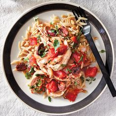 Let your slow cooker do the bulk of the work and end up with a meal that fulfills all your Mediterranean-food cravings. The mix of onions, tomatoes, kalamata olives, oregano and parsley adds pleasing … Slow Cooker Huhn, Slow Cooker Chicken, Slow Cooker Recipes, Diet Recipes, Healthy Recipes, Cooking For Beginners, Recipes For Beginners, Mediterranean Chicken, Mediterranean Recipes