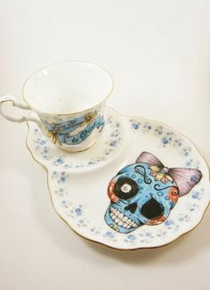 Sugar skull tea cup and saucer Lala Shop, Art Et Design, Skull Decor, My Cup Of Tea, Skull And Bones, Cup And Saucer, Tea Time, Tea Party, Tea Cups