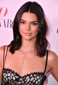 Kendall Jenner is one of the pretty celebrities and she looks beautiful with her nude makeup. Pelo Kendall Jenner, Photos Kylie Jenner, Kendall Jenner Makeup, Kyle Jenner, Kendall Jenner Style, Kardashian Jenner, Nude Makeup, Beauty Makeup, Jenner Sisters