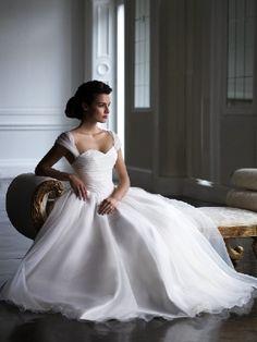 Elizabeth Emanuel in the Art of Elegance collection  Style 651952
