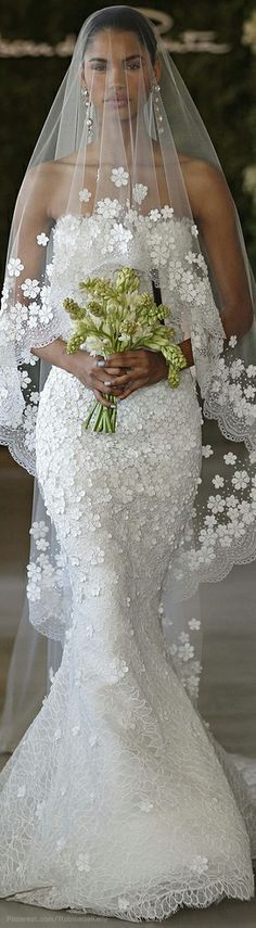 Oscar de la Renta wedding dress..... lovely!     ~LadyLuxury~