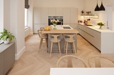 Russwood's beautifully finished Solid & Engineered Oak Wood Flooring is a valuable investment in any project: elegant, easy to maintain & long-lasting. Kitchen Cabinet Design, Kitchen Interior, Kitchen Decor, Wood Floor Kitchen, Kitchen Flooring, Wood Flooring, Open Plan Kitchen Living Room, New Kitchen, Parquet Chevrons