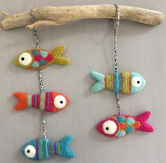 This mobile is composed of 5 fish woolen carded. - This mobile is composed of 5 fish woolen carded. Made in shimmering colors, it is ideal as a birth - Felt Crafts, Diy And Crafts, Simple Crafts, Clay Crafts, Felt Fish, Needle Felting Tutorials, Needle Felted Animals, Handmade Felt, Wet Felting