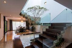 Escalera : Corredores, halls e escadas modernas por aaestudio