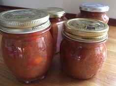Hyben / rabarber-marmelade  Kan du lide marmelade, der ikke er fyldt med sukker? Så prøv den her.  I denne milde og fint, let syrlige marmelade kan man rigtig smage både hyben og rabarber.  Ingredienser: 650 g hyben (renset for kerner) 500 g rabarber (i små tern) 5 dl vand 2 citroner (reven skral + saft) 1 vaniljestang -- 310 g sukker  Kom alt undtagen sukker i en tykbundet gryde og kog det under låg i 20 min. Tilsæt sukker og lad marmeladen koge videre uden låg ca. 20 min.  Giver ca. 4 glas