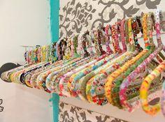 Que tal customizar seus cabides para colorir o guarda-roupa? | 26 formas de revolucionar sua decoração usando prego, cola ou fita