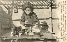 Tonkin – Fumeur d'opium préparant sa pipe. collection R. Moreau, Hanoi