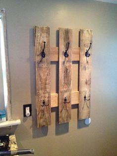 pallet towel rack or a coat hanger! I love pallet crafts! Pallet Towel Rack, Pallet Coat Racks, Pallet Shelves, Pallet Storage, Wood Storage, Diy Furniture Making, Furniture Ideas, Wood Furniture, Furniture Design