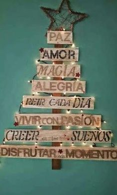 Hoy un post obligatorio de Navidad: arboles con un toque de genialidad - Recipes, tips and everything related to cooking for any level of chef. Creative Christmas Trees, Gold Christmas Decorations, Simple Christmas, Christmas Time, Christmas Ornaments, Spanish Christmas, Vintage Merry Christmas, Alternative Christmas Tree, Xmas Tree
