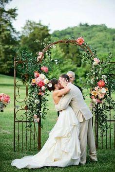 Ao ar livre beijo noivo terno bege