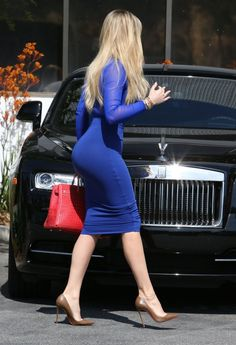 Khloe Kardashian Photos Photos: Khloe Kardashian Stops by a Studio in Los Angeles Khloe Kardashian Photos - Reality star Khloe Kardashian is seen stopping by a studio in Los Angeles, California on May - Khloe Kardashian Stops by a Studio in Los Angeles Estilo Khloe Kardashian, Khloe Kardashian Photos, Kardashian Jenner, Sexy Outfits, Fashion Outfits, Blue Fashion, Fashion 2020, Winter Fashion, Tight Dresses