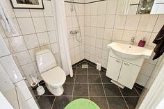 Badeværelse med gulvvarme i 2-værelses lejlighed på Frederiksbjerg i Aarhus. Lejligheden er lige nu til salg ved Danbolig i Aarhus. Læs mere på www.lejlighediaarhus.dk.