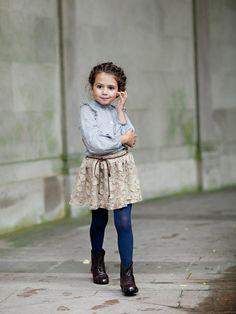 Esta querida falda está adornada con adornos florales encantador, borde crudo. Para completar el look con nuestra blusa Elaine! Cinturón desmontable