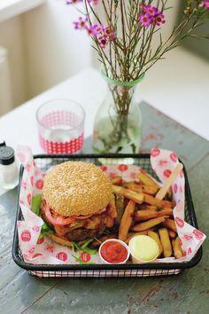 Un hombre guapo enamora , pero un hombre guapo que te lleva una hamburguesa para el desayuno, enamora más!!