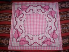 OTRAS MANUALIDADES - enanapochon - Álbuns da web do Picasa....i can see this as a skirt panel...oh my, embroidery on my all time favorite fabric..GINGHAM!!