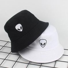 Cute Beanies, Cute Hats, Outfits With Hats, Cool Outfits, Fashion Outfits, Fashion Hats, Mode Adidas, Bucket Hat Outfit, Mode Grunge