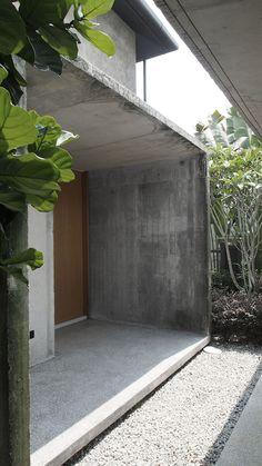 Ideas For Apartment Door Entrance Small Spaces Facade Design, Exterior Design, Narrow House Designs, Concrete Houses, Front Door Design, Small Buildings, Architecture Details, Concrete Architecture, Facade House
