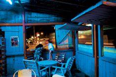 Vivípara: Cores da melancolia. Luiz Braga tem um olhar delicado que enfrenta o tempo todo o desafio de fugir do senso comum, para subverter a visualidade padronizada da região amazônica. Como ninguém, ele consegue transformar os ambientes ordinários através de seu olhar extraordinário. Sua fotografia está baseada na idéia de ruptura e repouso.