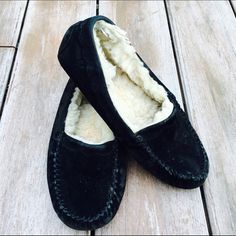 Black UGG Slippers Worn but still in great condition. No stains or rips. Ships Immediately ✨ UGG Shoes Slippers