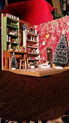 Schuin inkijkje in de kerstkamer met de twee kasten, de hond en de klok