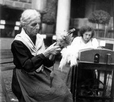 Filatura - Donna anziana con rocca e fuso - Portugal