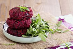 Beetroot burger with flatbread and tzatziki Goat Cheese Recipes, Raw Food Recipes, Protein Recipes, Vegan Egg Replacement, Beet Burger, Raw Beets, Plant Based Eating, Plant Based Protein, Beetroot