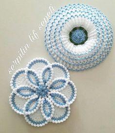 3 fleurs au crochet avec perle en pouces - Her Crochet Free Crochet Doily Patterns, Tatting Patterns, Crochet Squares, Crochet Motif, Crochet Designs, Crochet Doilies, Crochet Flowers, Flower Patterns, Crochet Crafts