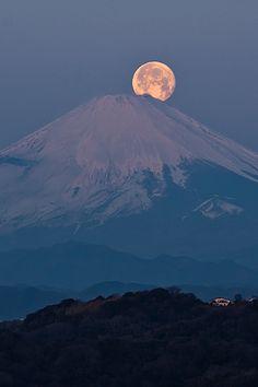 Fuji with full moon, Kamakura, Japan Beautiful Moon, Beautiful World, Beautiful Places, Beautiful Pictures, Beautiful Photos Of Nature, Moon Pictures, Nature Pictures, Monte Fuji Japon, Natur Wallpaper
