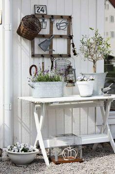 DIY déco avec cadre en vielle fenêtre en bois pour la terrasse extérieure